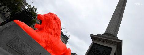Яскраве перевтілення: у Лондоні перефарбували знаменитих левів на Трафальгарській площі