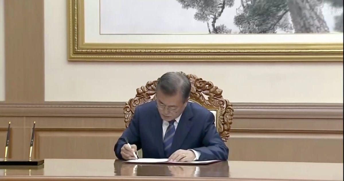 Лидер КНДР Ким Чен Ын и президент Южной Кореи Мун Чжэ Ин подписали соглашение