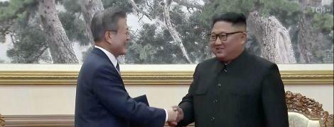 Лидер КНДР Ким Чен Ын и президент Южной Кореи Мун Чжэ подписали соглашение