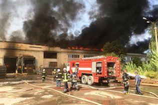 В Житомире потушили масштабный пожар на картонном комбинате, который горел почти сутки