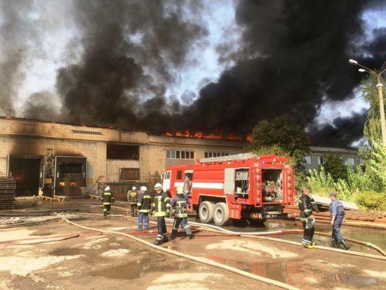 У Житомирі загасили масштабну пожежу на картонному комбінаті, яка палала майже добу