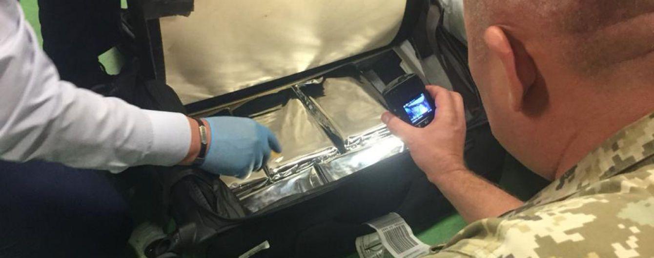 """У """"Борисполі"""" службовий пес виявив понад п'ять кілограмів кокаїну у валізі"""