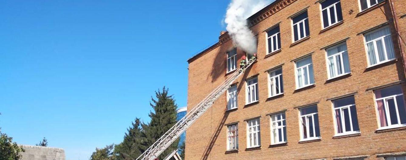 В Хмельницком произошел масштабный пожар в школе, учеников эвакуировали