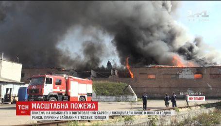 Спасатели почти сутки боролись с пожаром на картонном комбинате