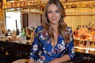 В шелковом халате с откровенным декольте: Элизабет Херли на благотворительном завтраке