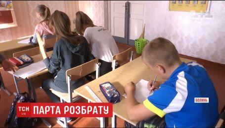 Учитель посадила ученика за единую старую парту в классе, потому что родители не сдали деньги на новую