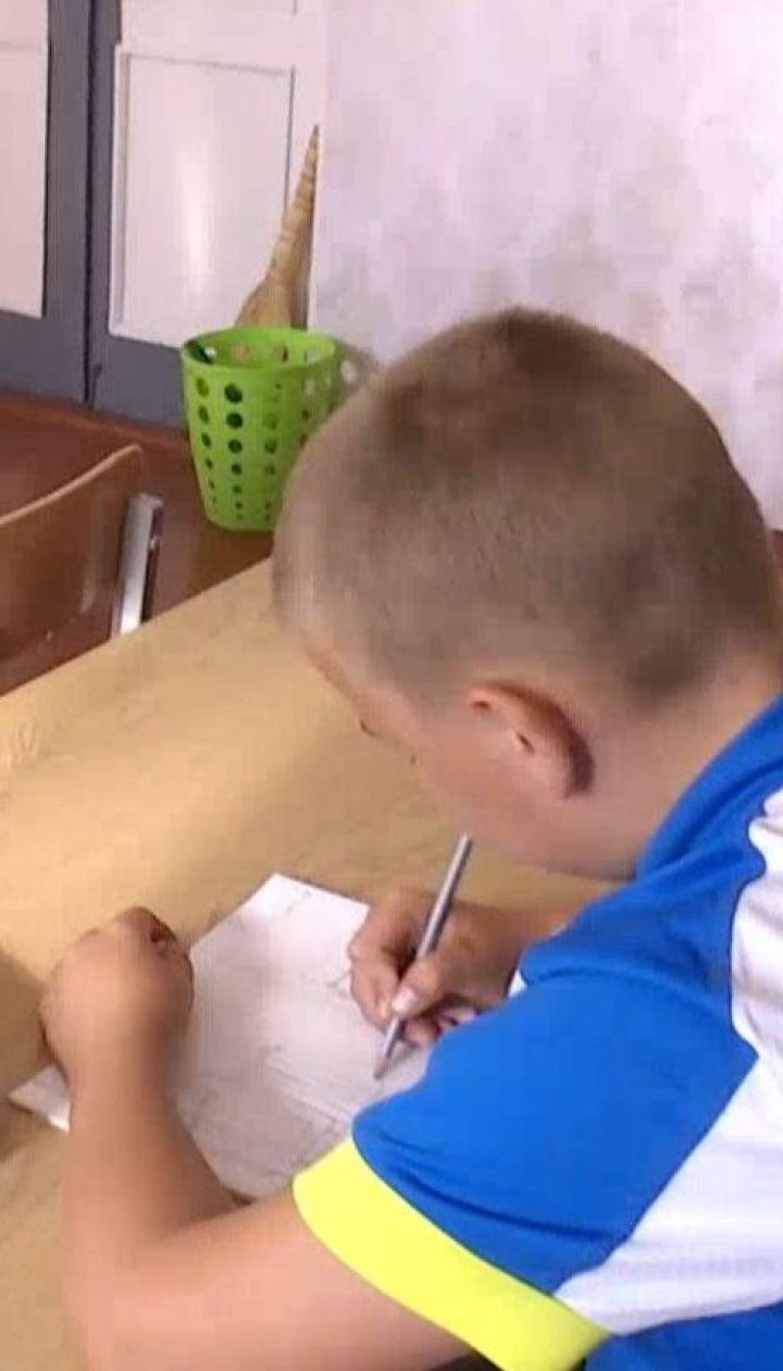 Вчитель посадила учня за єдину стару парту в класі, бо батьки не здали кошти на нову