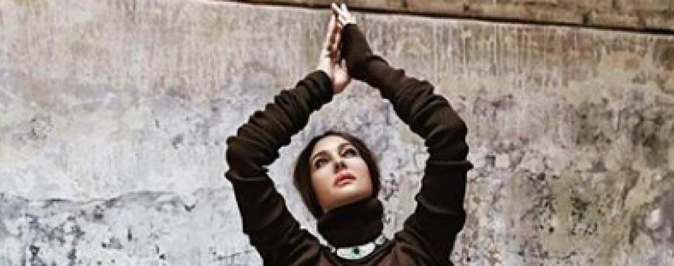 Розкішна Моніка Беллуччі підкреслила пишні форми обтислою сукнею