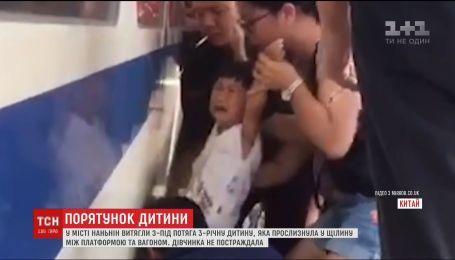 В Китае спасли девочку, застрявшую в щели между вагоном и платформой