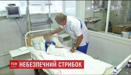 6-річний хлопчик, який вистрибнув з третього поверху школи, перебуває у лікарні