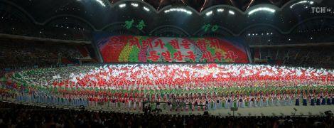 Славна країна: у КНДР влаштували грандіозне арт-шоу із тисячами учасників