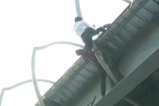 Героїчний вчинок: в Індії поліцейський видерся на вершину мосту, щоб врятувати самогубця