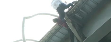 Героический поступок: в Индии полицейский забрался на вершину моста, чтобы спасти самоубийцу