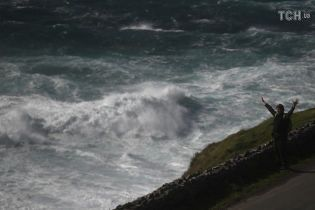 """Великобританию и Ирландию накрыл мощный шторм """"Удар Али"""": есть погибшие"""