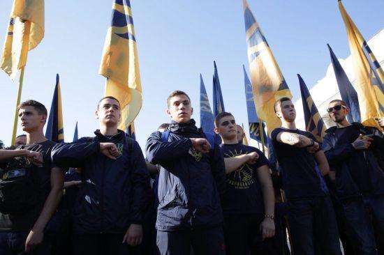 """Під парламентом члени """"Нацкорпусу"""" намагалися прорватися через кордон поліції"""