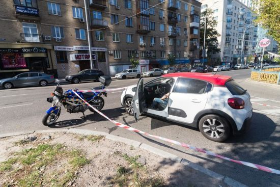 У центрі Києва легковик протаранив поліцейського-мотоцикліста