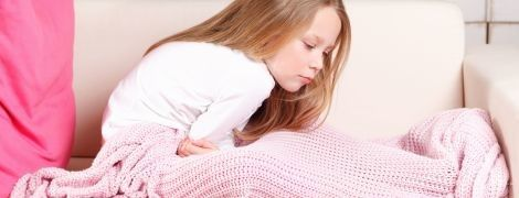 Ребенок жалуется на боли в животе: что делать
