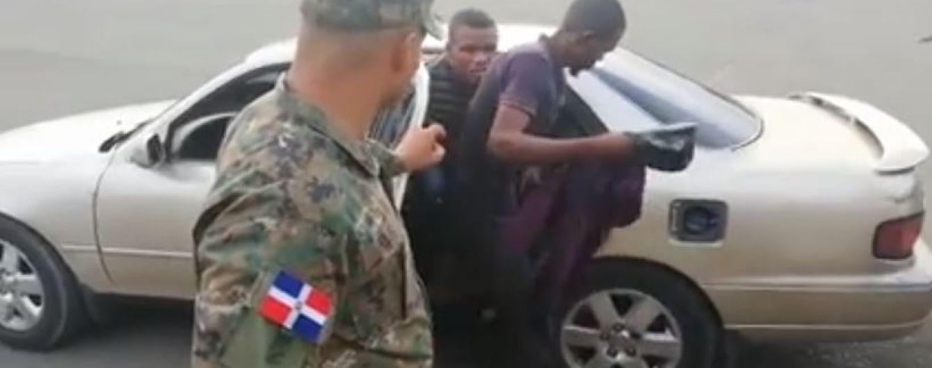 В Доминикане водитель пятиместного седана перевозил в машине 18 человек