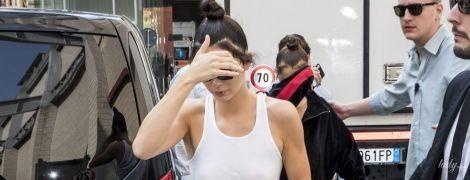 Опять сверкает сосками: Кендалл Дженнер в белой майке бегает от папарацци