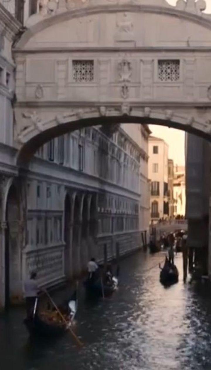 Посидіти за 500 євро. Влада Венеції пропонує штрафувати туристів, які вмощуються у невідведених місцях