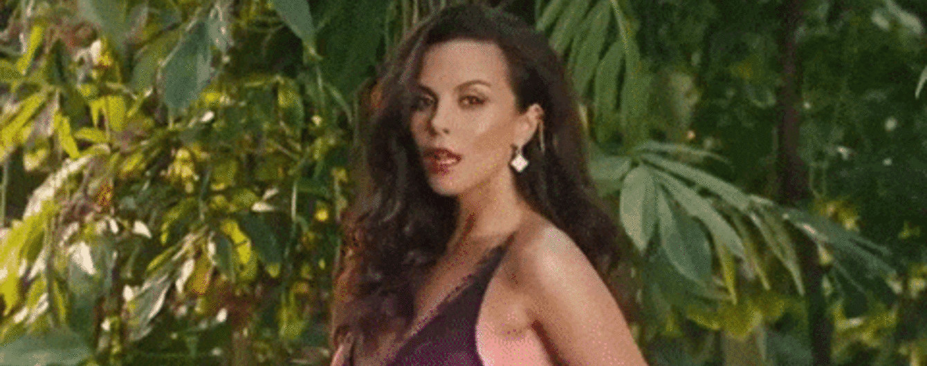 Пристрасна Настя Каменських у сукні-сорочці заспівала іспанською
