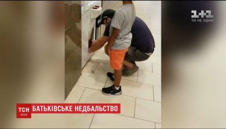 У США пред'явили звинувачення вчителю, який запхав доньку до ігрового автомату