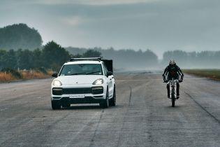Porsche Cayenne Turbo привез велосипедиста к рекорду