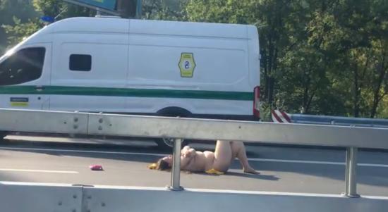 """""""Шукала кохання"""". У Києві оголена жінка вляглася посеред траси, а потім заскочила на дах авто"""