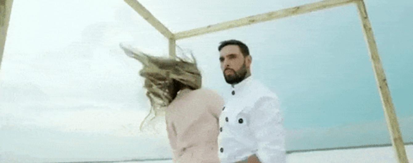 Босоногий Козловский с известной моделью разыграл нешуточную драму в солевой пустыне