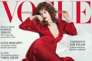 В алом платье с очень глубоким декольте: сексуальная Дакота Джонсон на обложке глянца
