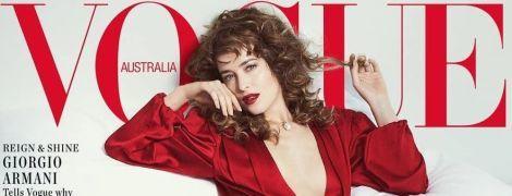 В червоній сукні з дуже глибоким декольте: сексуальна Дакота Джонсон на обкладинці глянцю