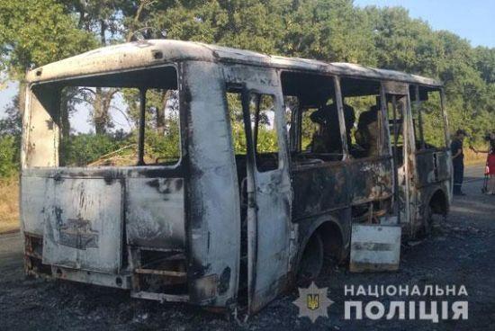 На Сумщині посеред дороги спалахнув автобус із вихованцями дитбудинку