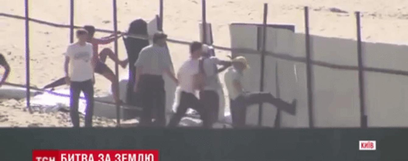 Скандальная застройка Осокорков: в Киеве активисты снесли забор и разоружили охрану