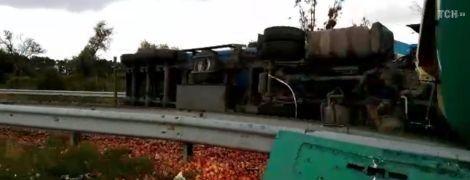 Ділянка траси Київ-Харків досі перекрита через п'ятничну ДТП. Дорога всипана яблуками