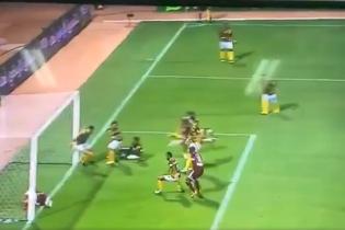 Допомога року: футболіст фантастичним чином врятував ворота суперника від голу
