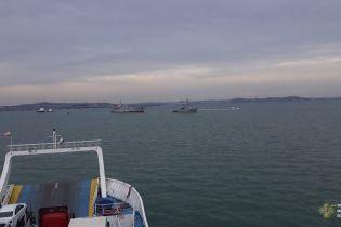 У Мережі з'явилося відео проходження українських військових кораблів під Кримським мостом