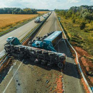 """На Київщині фура з молоком врізалася в """"яблучну"""" вантажівку, що пролежала на дорозі два дні"""