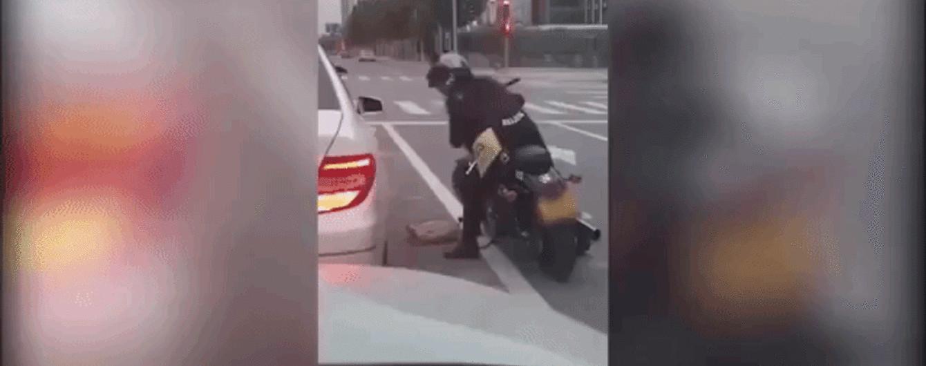 Байкер проучил водителя, который выбросил мусор на дорогу. Видео