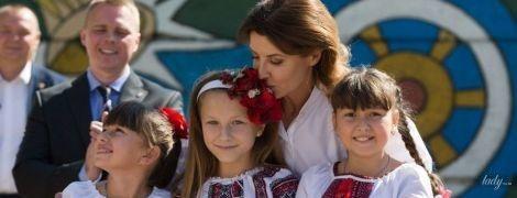 В красивой блузе с широкими рукавами: Марина Порошенко в Донецкой области