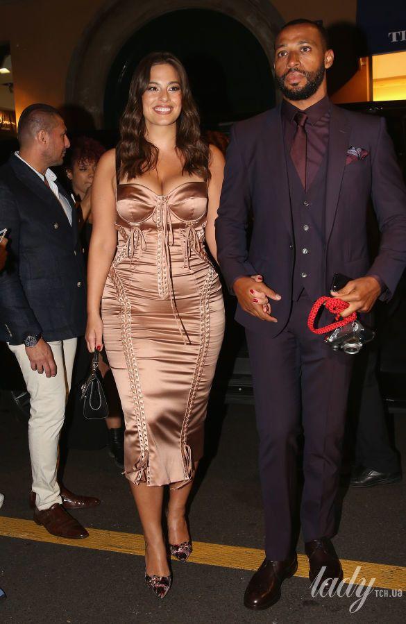 Модель PLUS-SIZE Эшли Грэм подчеркнула пышную грудь в атласном платье