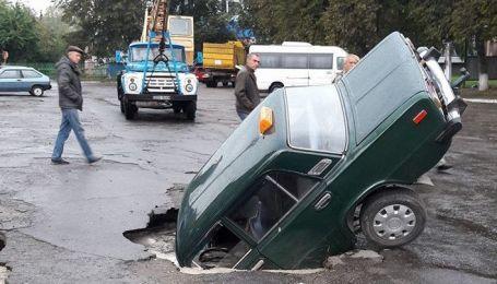 В Киевской области автомобиль среди города провалился под асфальт