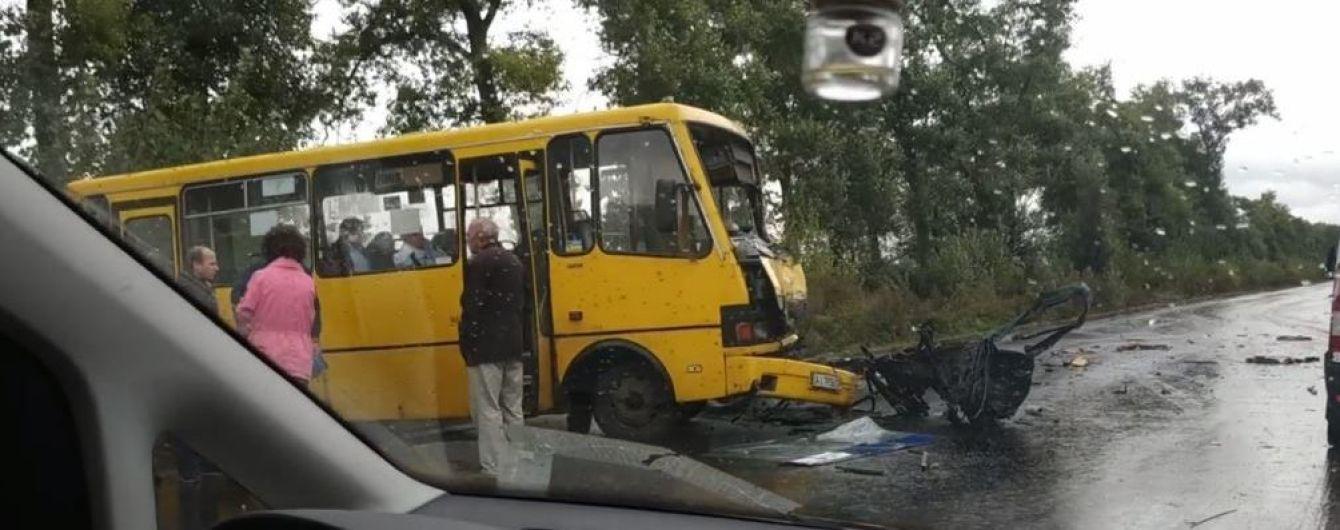 Під Києвом маршрутка зіткнулась із авто: легковик від удару розірвало навпіл