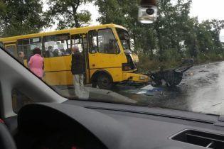 Под Киевом маршрутка столкнулась с авто: легковушку от удара разорвало пополам