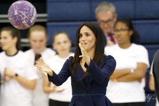 В асимметричной блузе, на каблуках и с мячом: герцогиня Сассекская Меган встретилась со студентами