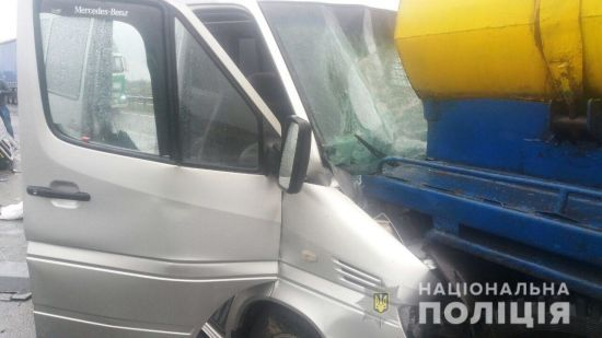 На Полтавщині маршрутка протаранила КамАЗ-молоковоз