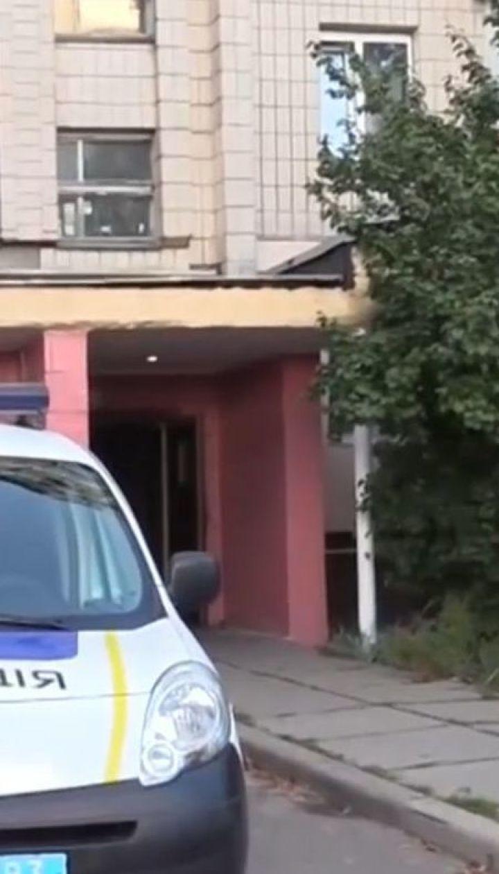 У Києві затримали чоловіка, який з балкону погрожував зброєю сусідам
