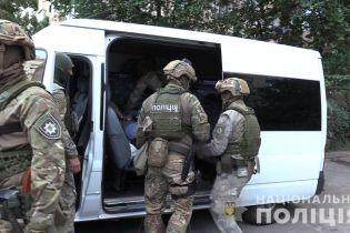 В Киеве пьяный мужчина с балкона угрожал оружием соседям и прохожим