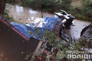 Смертельное ДТП На Закарпатье: водитель грузовика не справился с управлением и слетел с моста в реку