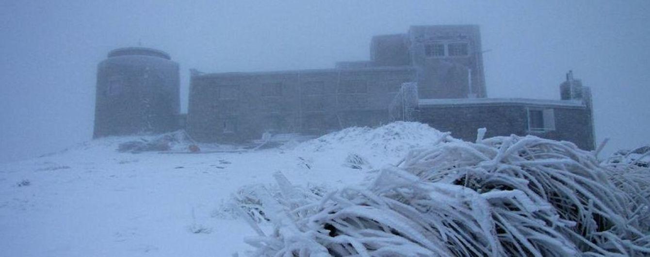 Через негоду в Україні зникло світло в понад 200 населених пунктах та випав перший сніг
