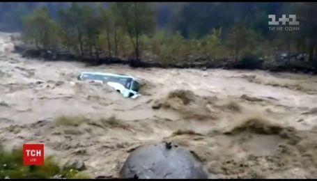 На севере Индии бурный поток воды потопил большой пассажирский автобус